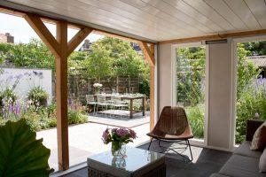 Maatwerk - ruime veranda in zonnige tuin met glazen schuifpui